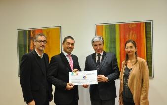 El Dr. Carlos Semino, profesor de IQS, David Pedrerol, miembro de la Junta de AME, el Dr. Pedro Regull, director general de IQS, y la Dra. Núria Vallmitjana, directora de PEINUSA e Investigación IQS.